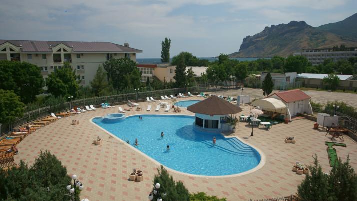 бассейн и зона отдыха